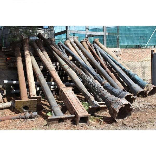 Columnas y pies de farola de hierro