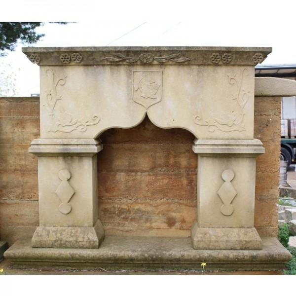 Chimenea de piedra con decoración