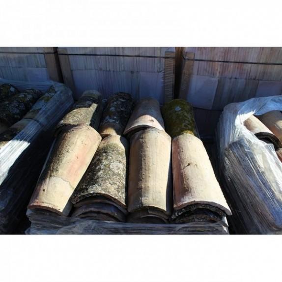 Tejas de terracota viejas de recuperación